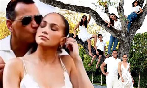 Jennifer Lopez poses with Alex Rodriguez and family on ...