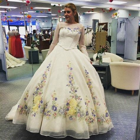 Charming Cinderella Wedding Dresses Handmade Flowers Embroidery Long Sleeve Backless Ball Gown