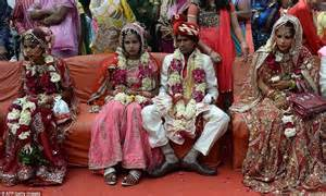 couples  impoverished families tie  knot  mass