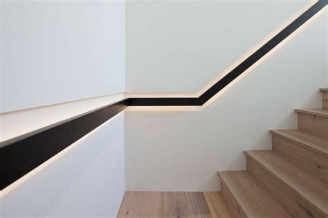 escalier en bois de design moderne avec courante encastr 233 e dans le mur design d int 233 rieur