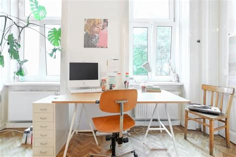 Schreibtisch Vor Fenster by Gro 223 Er Schreibtisch Mit Holzplatte Drehstuhl Und Kleinem