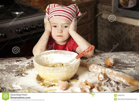 le petit chef cuisine petit chef dans la cuisine photo libre de droits image
