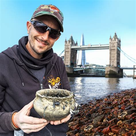 Si-finds Thames Mudlark - YouTube