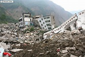<四川大地震>上空から投下の救援物資が住民の手に―四川省[シ文]川県
