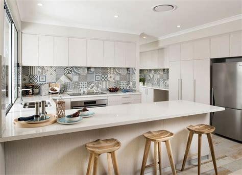 panneau credence cuisine idée relooking cuisine cuisine blanche avec crédence en carreaux ciment gris par grupo peronda