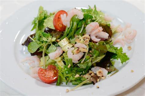 Lapu salāti ar garnelēm, avokado un ķiršu tomātiņiem ...