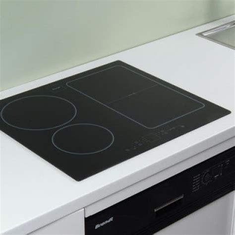 cuisine en equilibre table de cuisson à induction encastrée sur le plan de travail