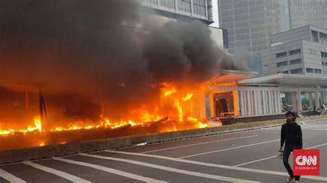 demo makin memanas halte transjakarta bundaran  terbakar