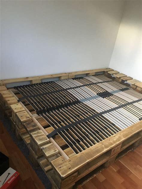 kopfteil bett ideen die besten 17 ideen zu bett aus paletten auf selbstgebautes bett bett paletten und