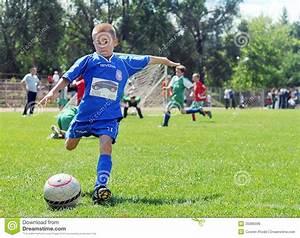 But Foot Enfant : jeux de petit enfant le football ou le football photo stock ditorial image 35086098 ~ Teatrodelosmanantiales.com Idées de Décoration
