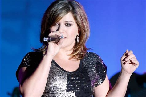Kelly Clarkson Performs 'Mr. Know It All' at 'Stars for ...
