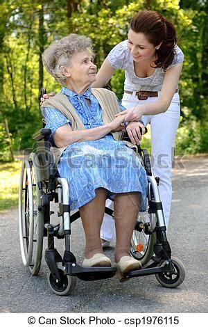personne en fauteuil roulant images de personne agee femme fauteuil roulant personne agee csp1976115 recherchez des