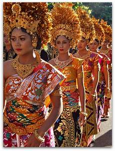 Women wearing traditional costumes at Bali Art Festival ...