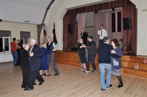 Bārbelieši ļaujas dejai simtgades koncertā - Vecumnieku novads