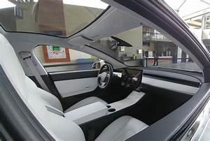 Tesla Model 3 Interior in Broad Daylight Looks like Something's Missing - autoevolution