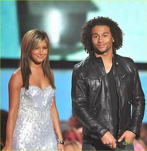 Vanessa Hudgens and Zac Efron - MTV VMAs 2008: Photo ...
