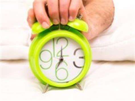 Besser Aus Dem Bett Kommen wandtattoos als gro 223 e wanduhren moderne uhren mal anders