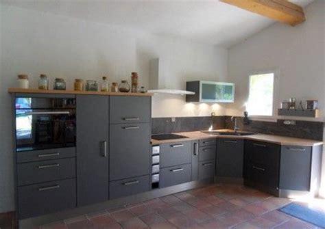 cuisine evier angle cuisine modèle gris métallique plan de travail en bois