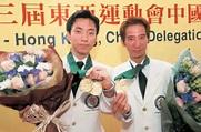 在 日 本 舉 行 的 第 三 屆 東 亞 運 動 會 , 保 齡 球 選 手 胡 兆 康 (左) 和 許 長 國 在 男 子 雙 打 組 賽 事 ...