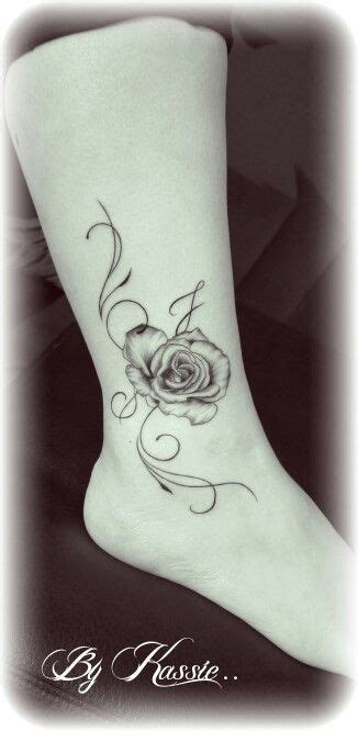 tatouage cheville rose avec arabesque tatouage