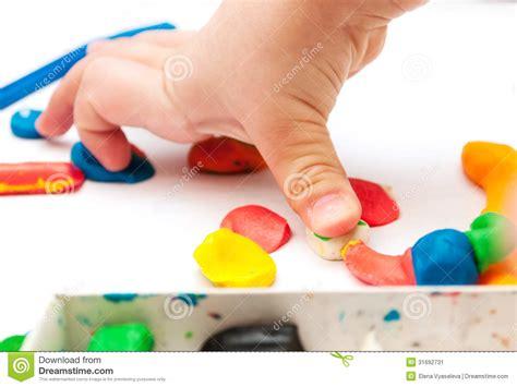 moules pate a modeler l enfant moule de la p 226 te 224 modeler sur la table mains avec de la p 226 te 224 modeler image stock