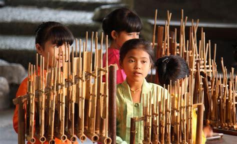 Alat musik ini dimainkan dengan diiringi oleh gong. Pengertian Musik Ansambel, Jenis Permainan Musik Ansambel, Mengenal Alat Musik, Alat Musik ...