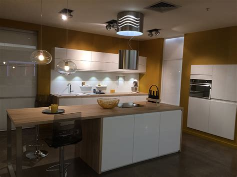 mobalpa cuisine plan de travail cuisine mobalpa facades blanches plan travail bois