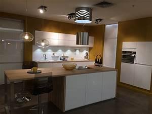 cuisine mobalpa facades blanches plan travail bois With mobalpa cuisine plan de travail