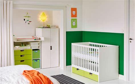 chambre dote chambre à coucher avec lit bébé blanc doté de tiroirs de