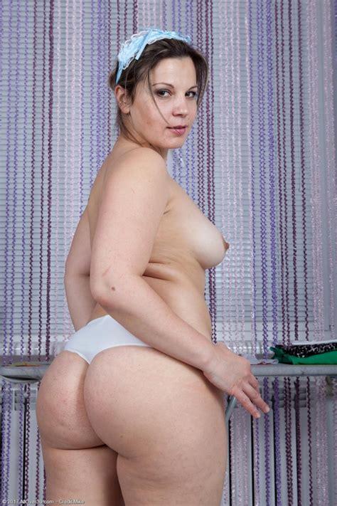 Ellariya Rose Thick Wife Posing Naked