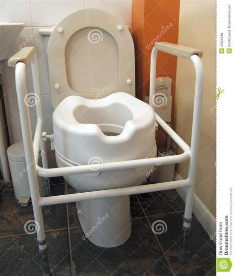 siege de toilette toilette handicapée avec les poignées et le siège augmenté