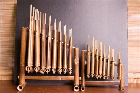 Di daerah makassar, alat musik tradisional ini disebut dengan nama popondi. Mengenal 12 Alat Musik dari Jawa Barat yang Khas dan Menarik