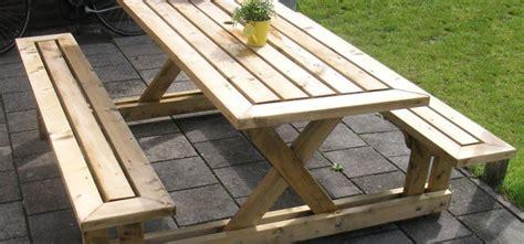 attractive    picnic table