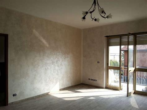 pittura soggiorno pareti effetto sabbia foto design mag