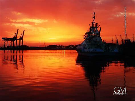 al porto di cagliari una al giorno 6 gennaio tramonto rosso al porto di