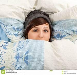 Lit Jeune Fille : la fille est malade menteuse dans le lit photo stock image du grippe fille 29975776 ~ Teatrodelosmanantiales.com Idées de Décoration