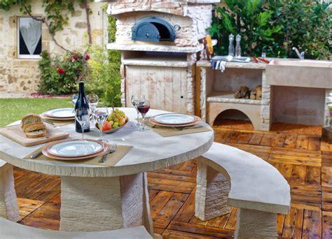 cuisine d ete cuisine d été extérieure avec four à pizza et salon de jardin