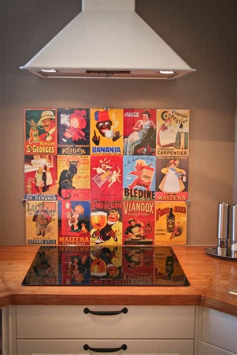 credence cuisine facile à poser crédence de cuisine réalisée avec affiches métalliques