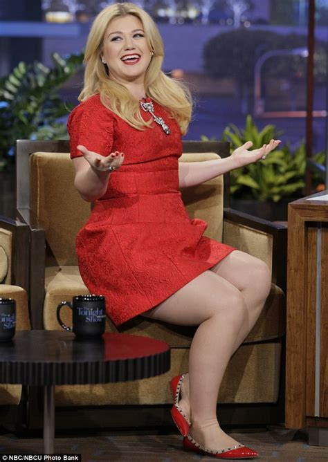 Kelly Clarkson announces that she is expecting her first ...