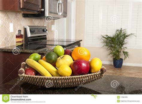 panier de fruit frais dans la cuisine moderne image stock