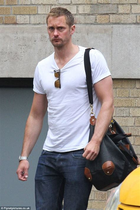 Alexander Skarsgard puts sculpted arms on display | Daily ...