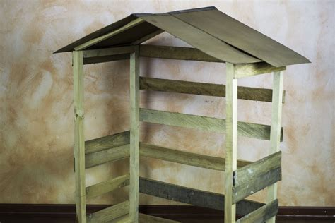 build  outdoor nativity stable synonym