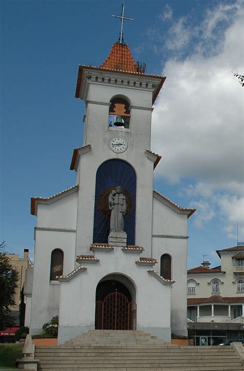 Following the road from funchal and continuing on it through camacha, you will encounter a small parish called santo antónio da serra, which belongs to the municipality of machico. Visitar Portugal: Visitar a Capela de Santo António - São ...