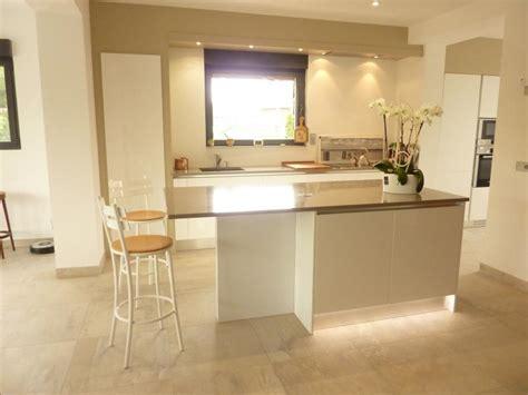 plan de travail cuisine quartz ou granit cuisine sigma en laque brillante blanche et plans en