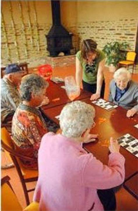 l animateur en maison de retraite un r 244 le indispensable 171 maison de retraite
