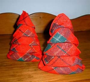 Serviette De Noel En Papier : pliage de serviette de table en forme de sapin de no l plier une serviette de table en papier ~ Melissatoandfro.com Idées de Décoration