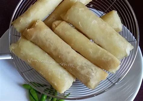 Lumpia crispy isi bengkuang masak hingga kulit risoles mengeras dan bagian tepiannya tampak lepas dari pan. Resep Risol kulit lumpia oleh HerlyZee - Cookpad