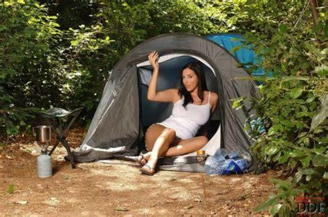 Gros Boulons Magazinejelena Jensen Fait Du Camping Nue
