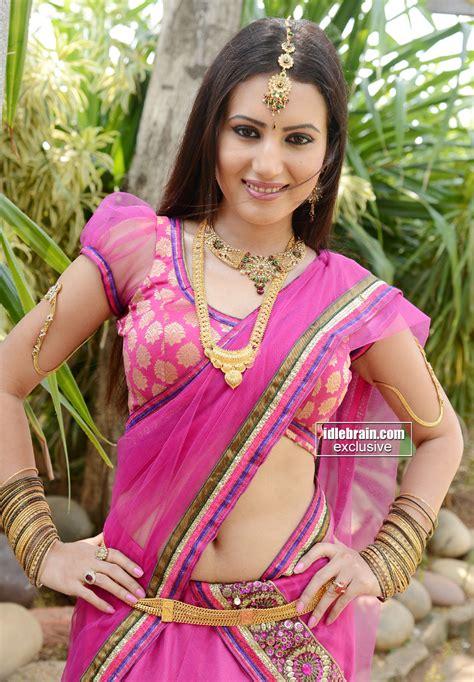 anu smruthi showing big side view in saree