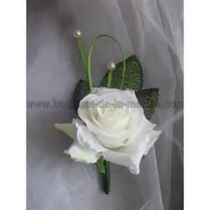 pour mariage chic boutonnière pour mariage avec roses perles et tiges de rosier bouquet de la mariee